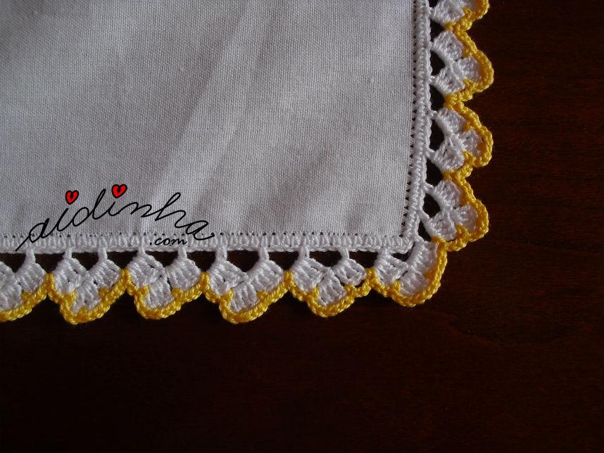 Pormenor do picô de crochet, em duas cores, do individual