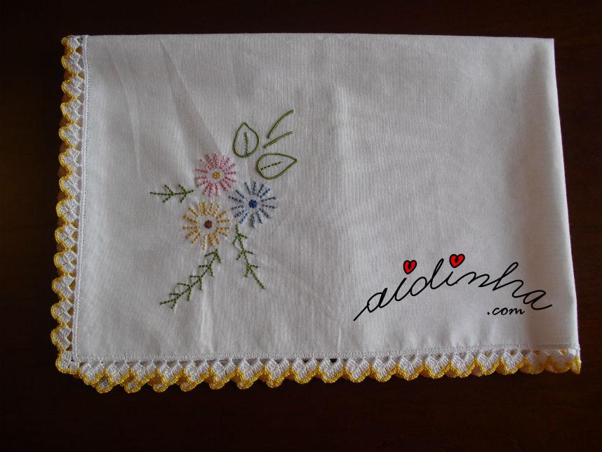 Individual, com picô de crochet branco e amarelo, bordado à máquina