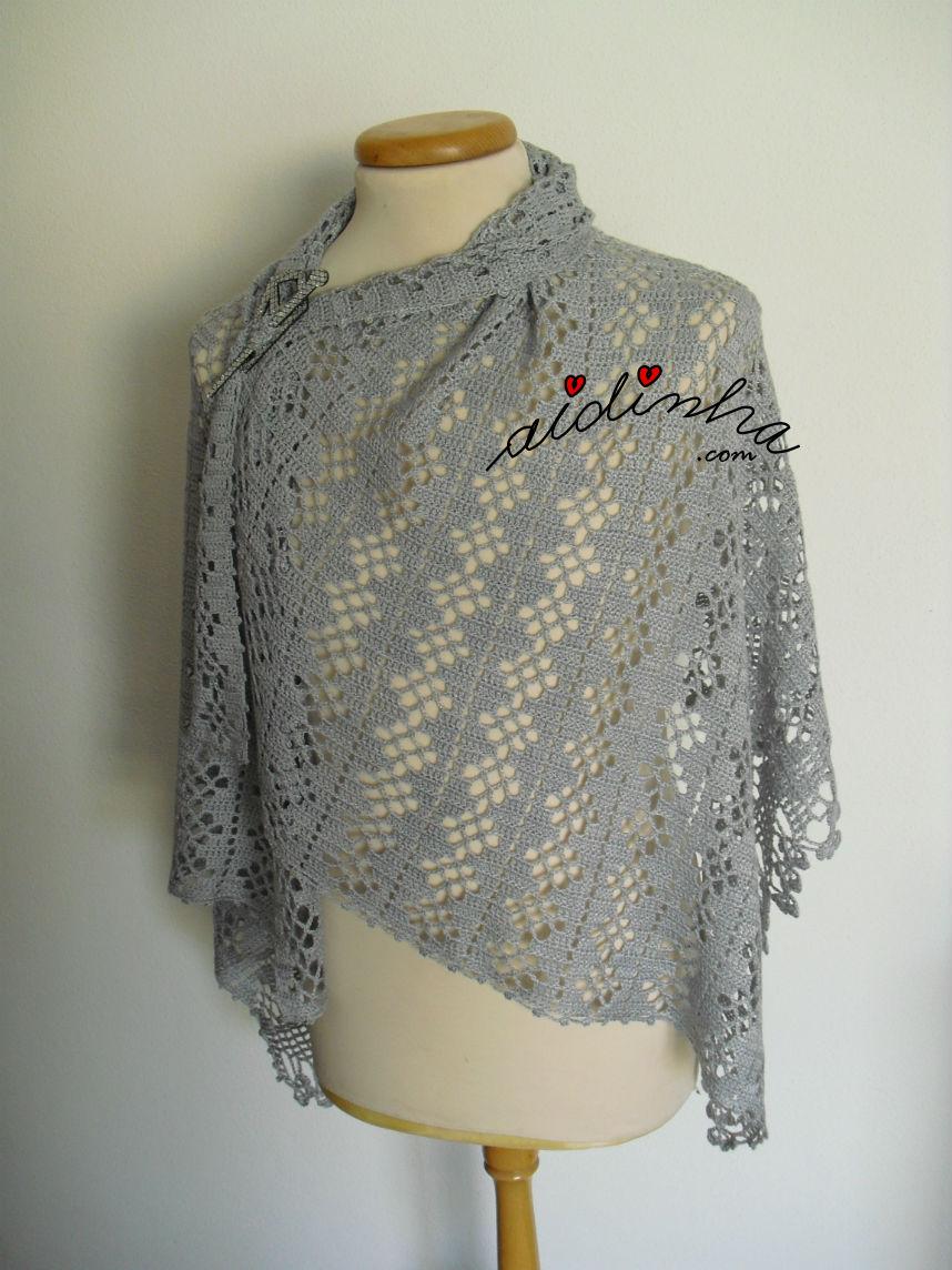 Estola, de crochet, cinzenta com alfinete a prender ao lado
