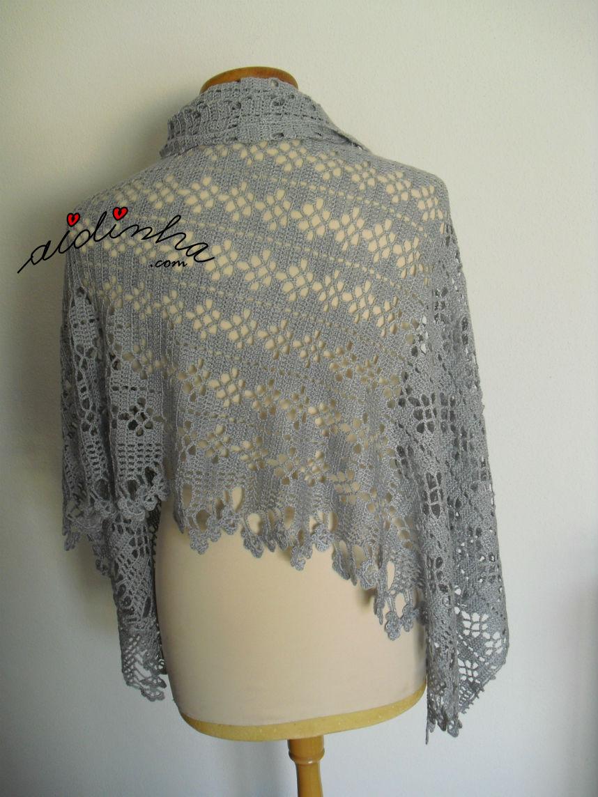Parte detrás da estola de crochet, presa ao lado