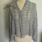 Estola, em crochet, cinzenta com barra de flores
