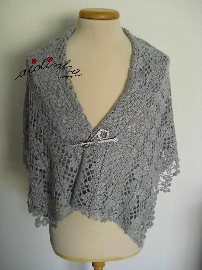 Estola, em crochet, dobrada ao meio com alfinete a prender