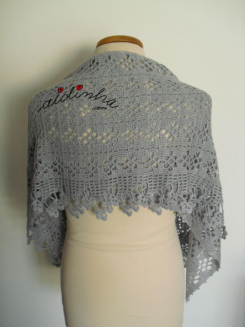 Parte detrás da estola, de crochet, dobrada ao meio