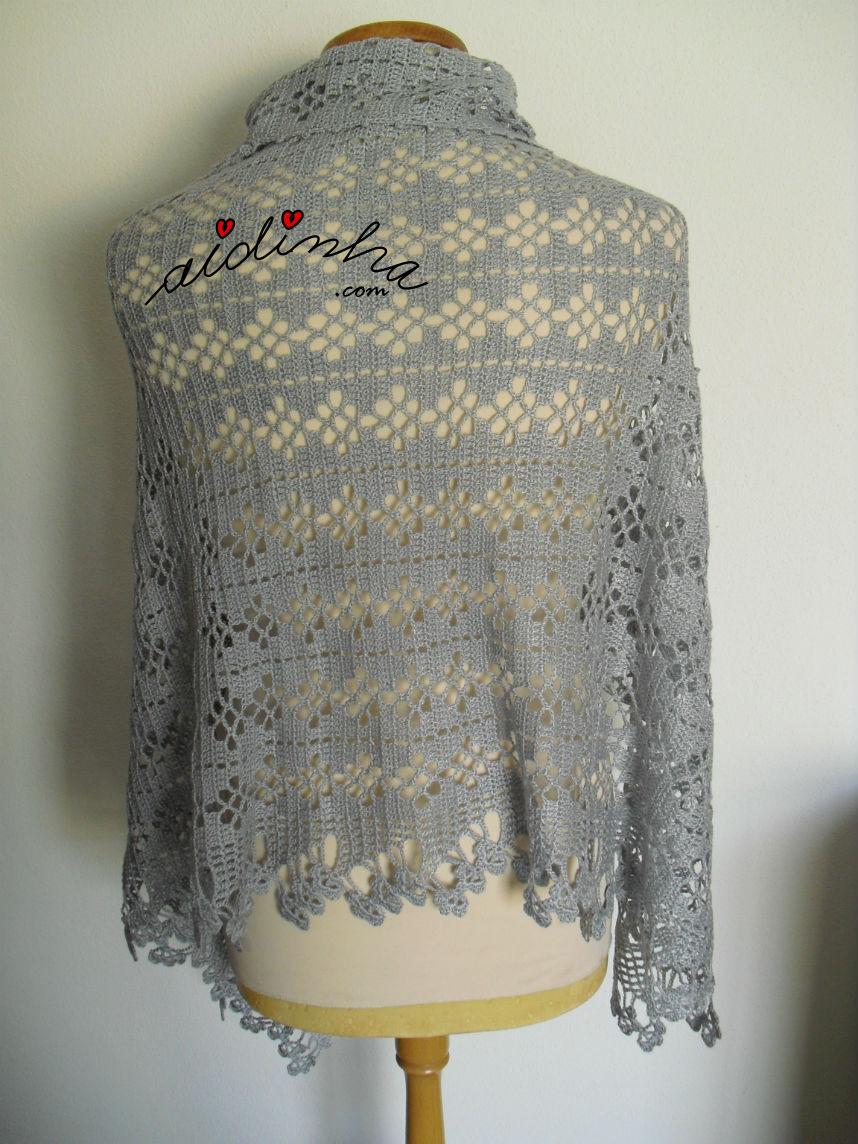 Parte detrás da estola, de crochet, a cair a direito