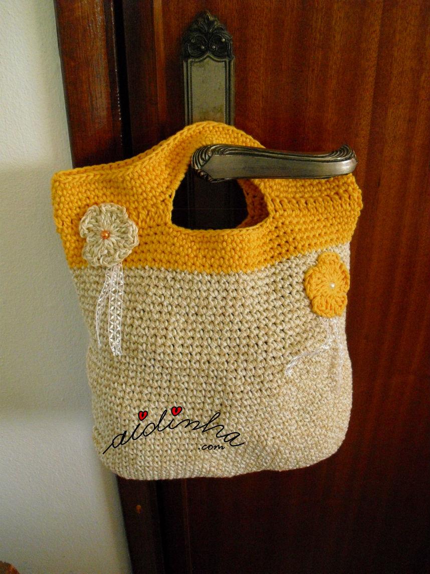 Bolsa, de crochet, creme e laranja com alças, pendurada