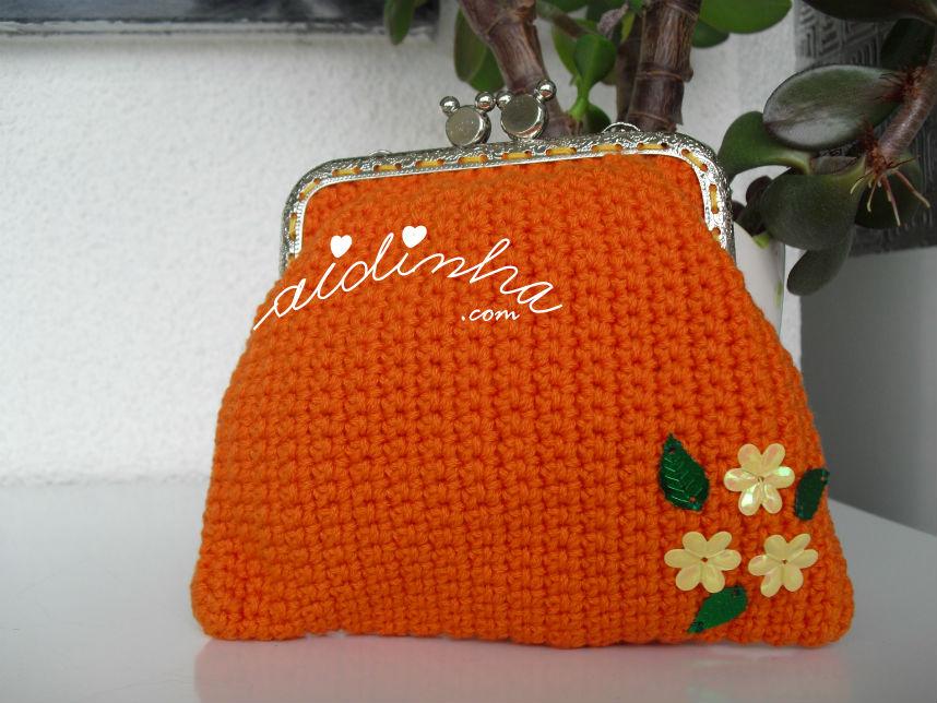 Outra vista da bolsa, em crochet, laranja com florinhas amarelas