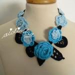Colar, em crochet, em tons de azul e turquesa