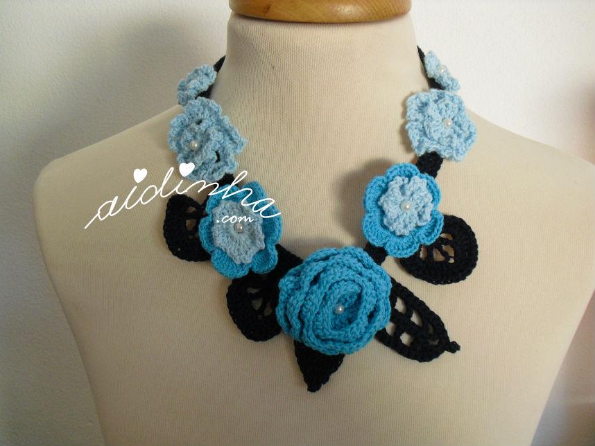 Colar em crochet, em tons de azul e turquesa