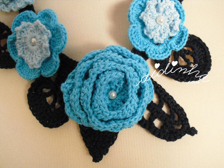 Pormenor da flor maior, do colar de crochet, em tons de azul e turquesa
