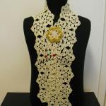 Cachecol, de crochet, creme e dourado com flor