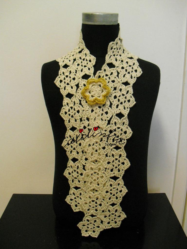 Cachecol de crochet, creme e dourado com flor