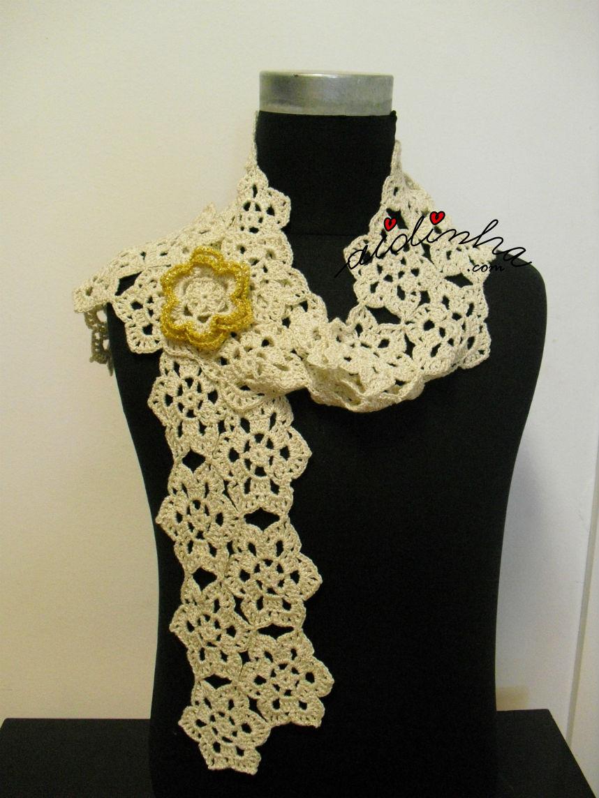 Outra maneira de usar o cachecol, de crochet, creme e dourado