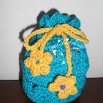 Bolsa em crochet, com feitio de saquinho, na cor turquesa