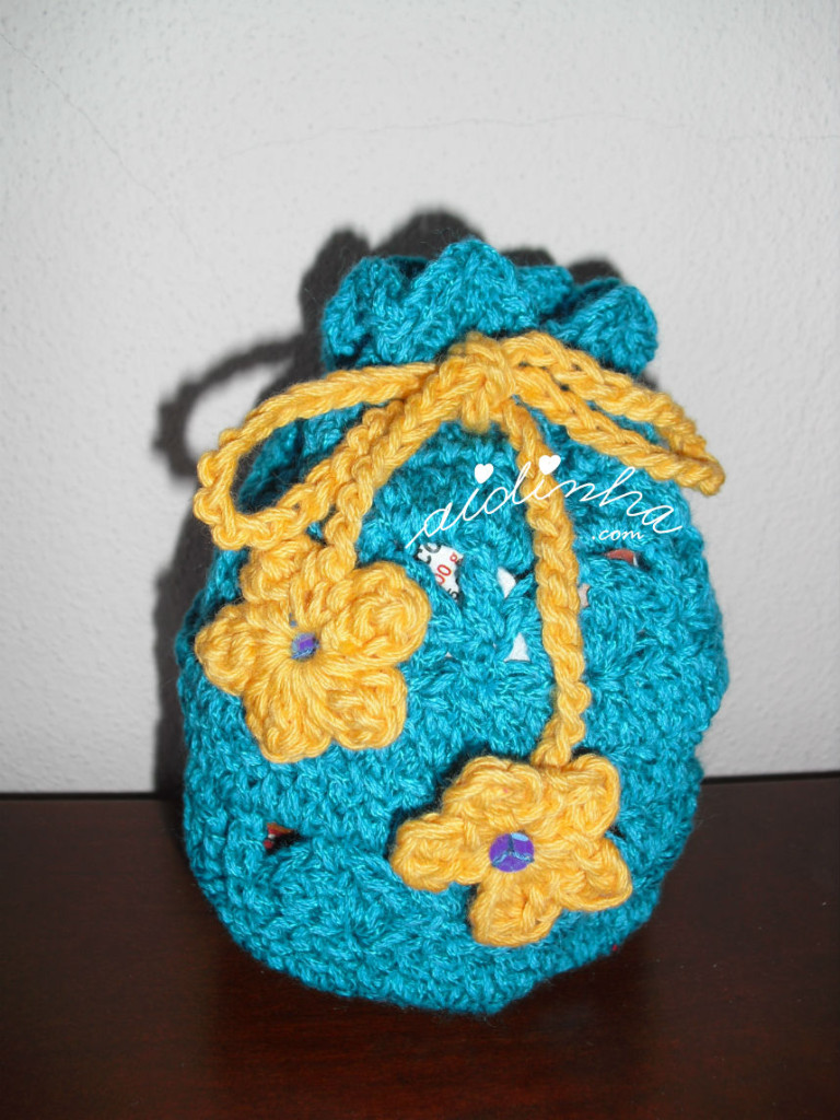 Bolsa em crochet, no feitio de saquinho, na cor turquesa