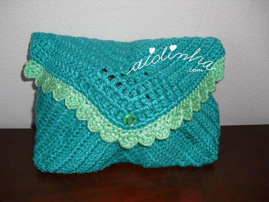 Vista total da bolsa, de crochet, verde mar