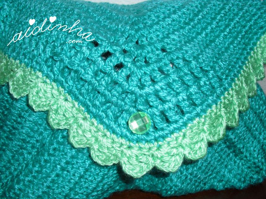 Vista de perto do picô da bolsa, de crochet, verde mar