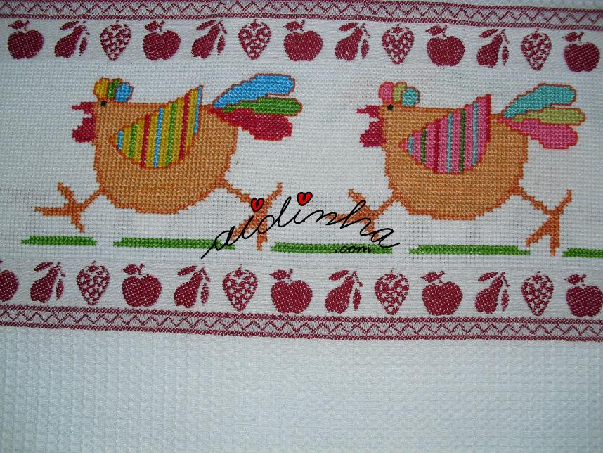 Imagem de perto de duas galinhas a ponto cruz