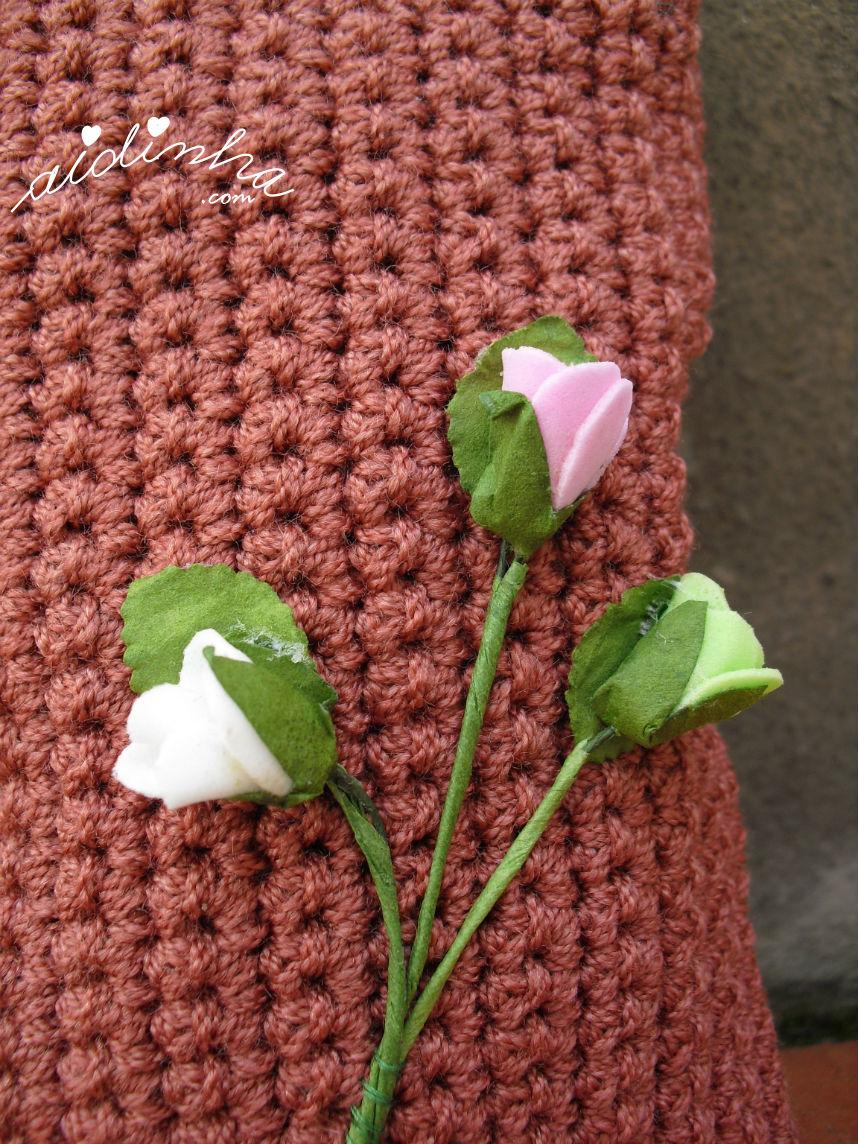 Imagem do raminho de rosas aplicado na bolsa, de crochet, rosa velho