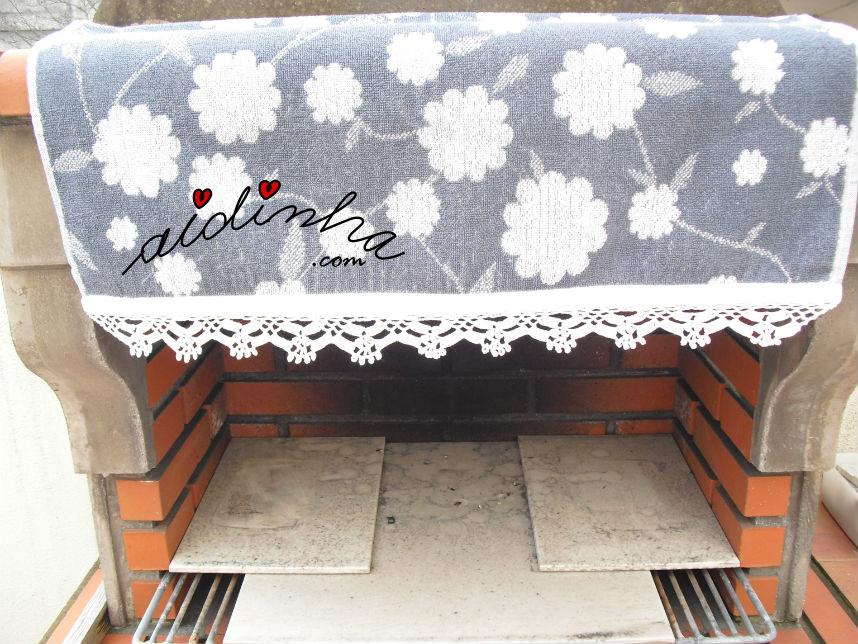 Vista total do picô branco, de crochet, do pano cozinha/copa, cinza