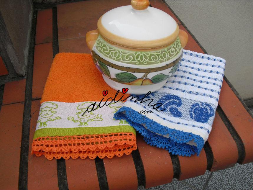 Vista dos dois panos com picôs de crochet, em azul e laranja