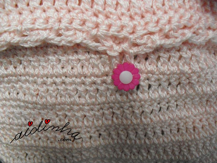 Imagem do botão da bolsa, em crochet, rosa claro, com rosinhas
