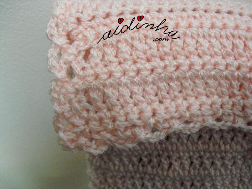 Pormenor do remate da tampa da bolsa, de crochet, rosa claro, com rosinhas