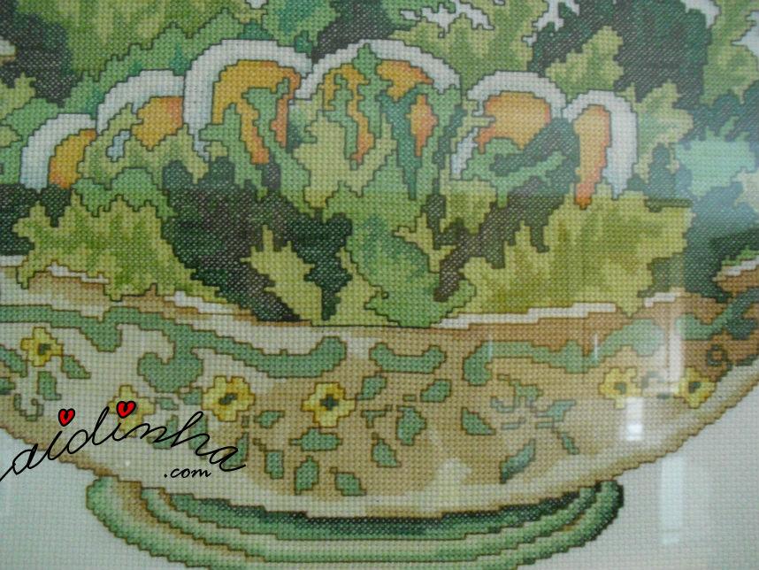 Vista, em pormenor do quadro de ponto cruz, taça de salada com ovo