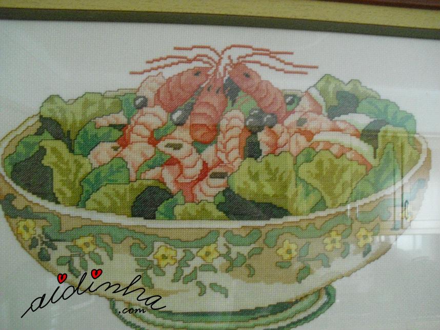 Vista de mais perto do quadro em ponto cruz, taça com camarão