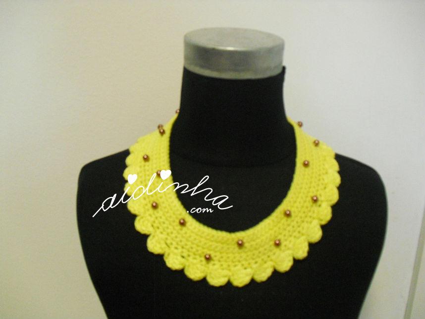 colar de crochet amarelo, com pérolas