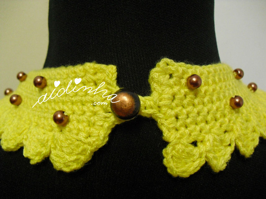 Part detrás do colar de crochet amarelo, com pérolas