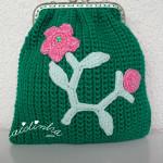 Bolsa, em crochet, verde escuro com ramo de flores feito em crochet