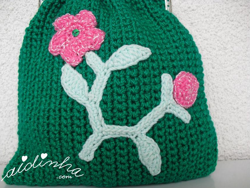 Vista do ramo de crochet, da bolsa verde escura, de crochet