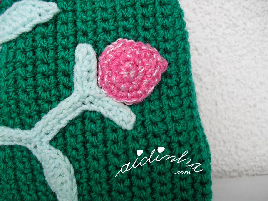 Pormenor da flor em botão, do ramo de crochet, da bolsa verde escuro