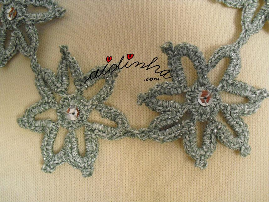 vista, mais de perto das flores do colar de crochet, cinza e prata
