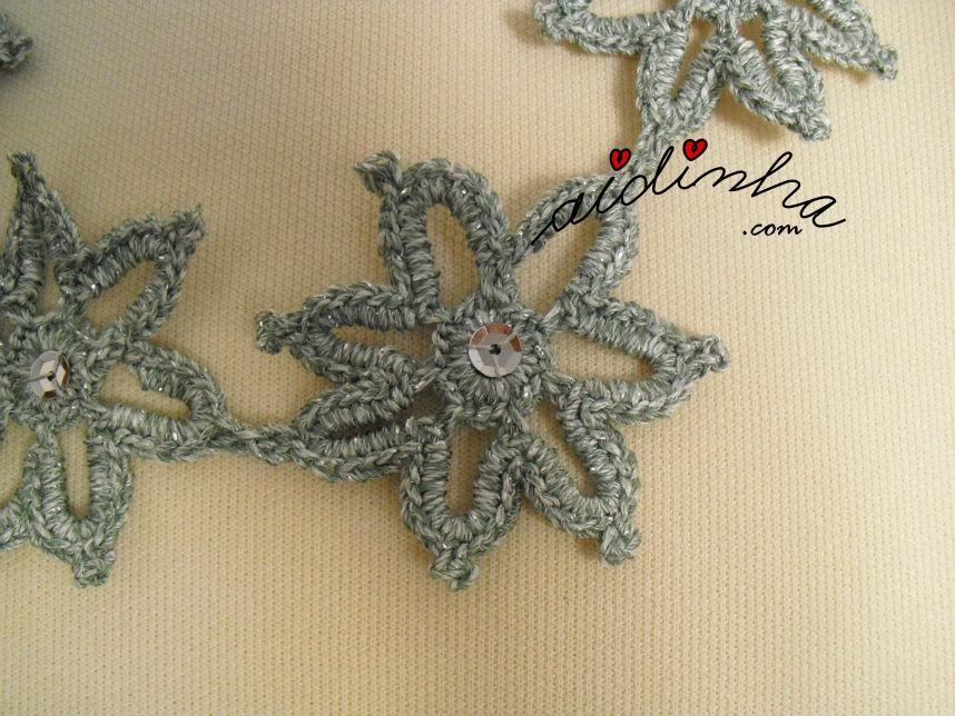 Vista de perto da flor de crochet do colar