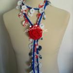 Cachecolar, em crochet, mesclado com flor vermelha