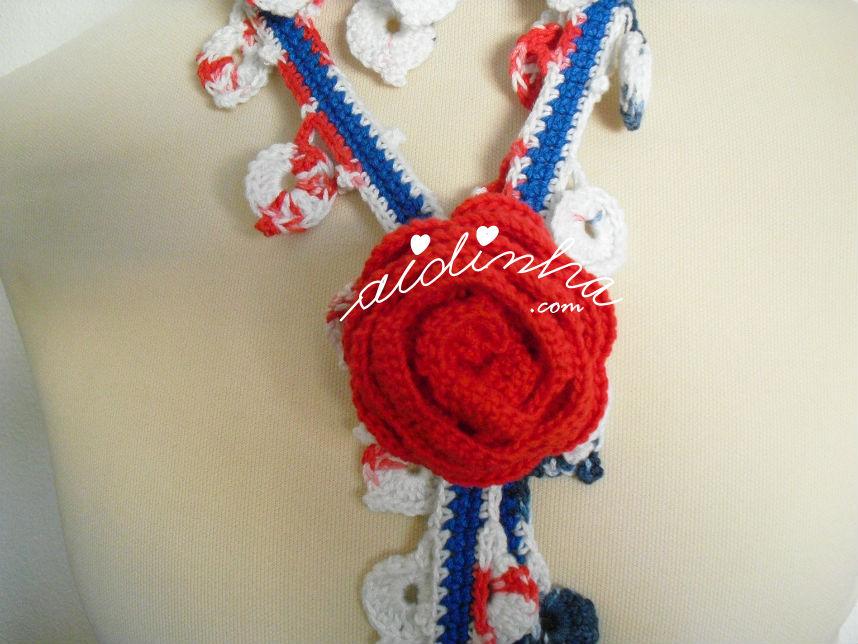 Vista da flor vermelha do cachecolar, de crochet