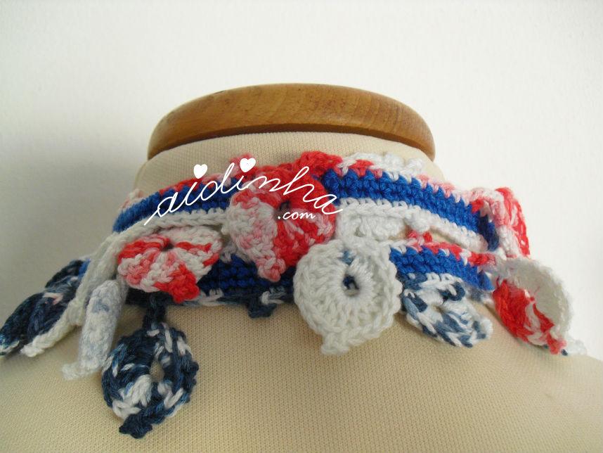 Parte detrás do cachecolar, em crochet, com flor vermelha