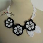 Colar, de crochet, com flores a preto e branco