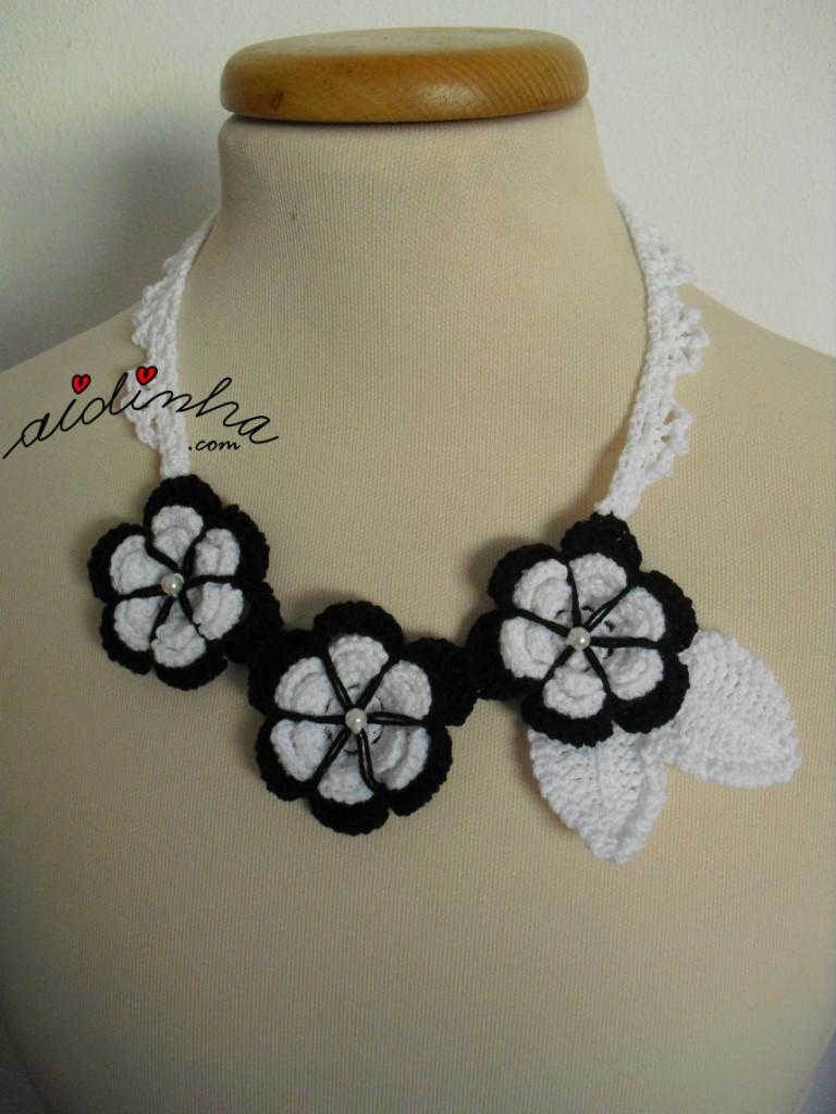 Colar, em crochet, com flores a preto e branco