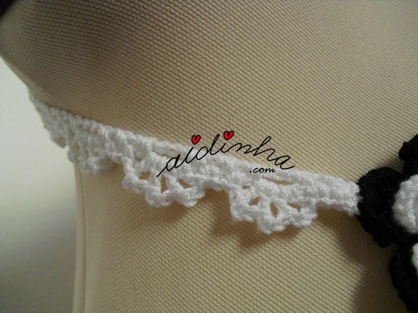 Foto da malha utilizada na corrente do colar, em crochet, a preto e branco