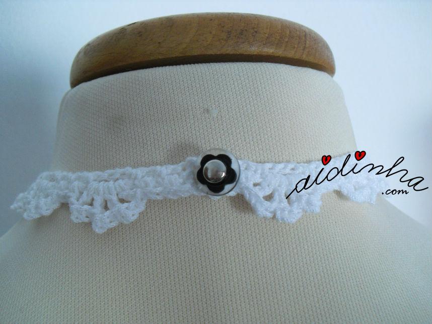 Parte detrás e fecho do colar, em crochet, a preto e branco