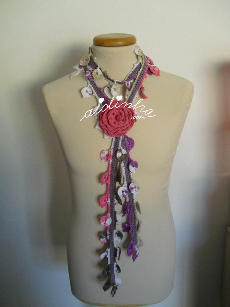 Cachecolar, em crochet, mesclado com flor rosa choc
