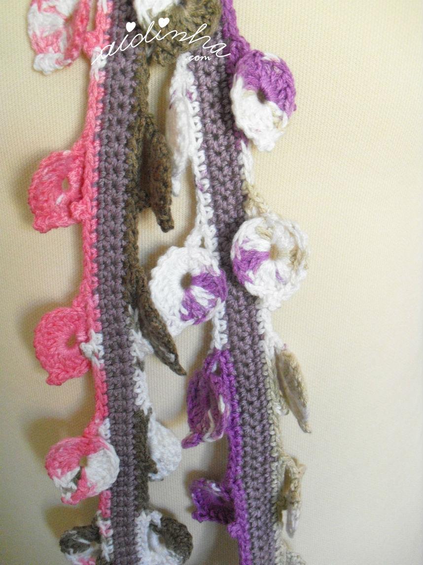 Imagem das folhas que compõem o cachecolar, de crochet, com flor rosa choc