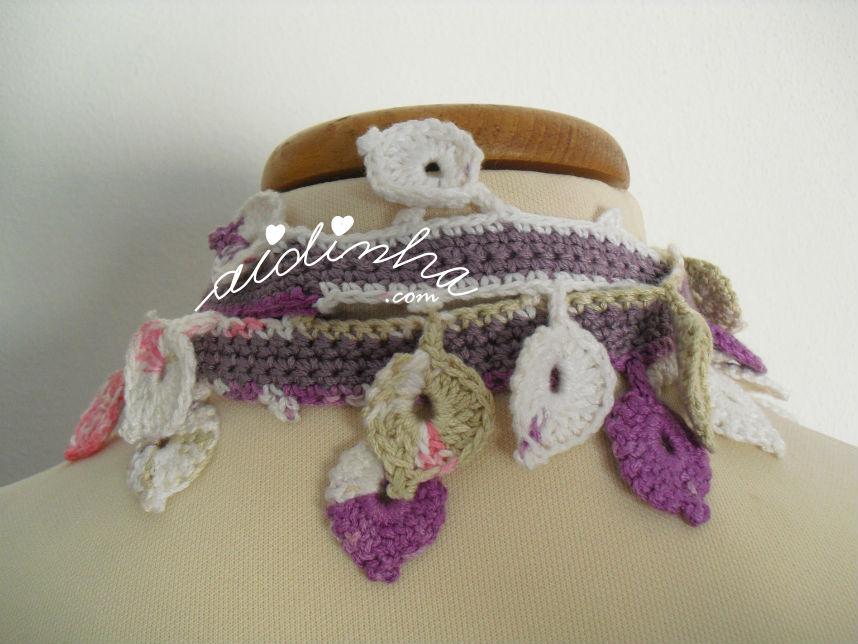 Parte detrás do cachecolar, de crochet, com flor rosa choc