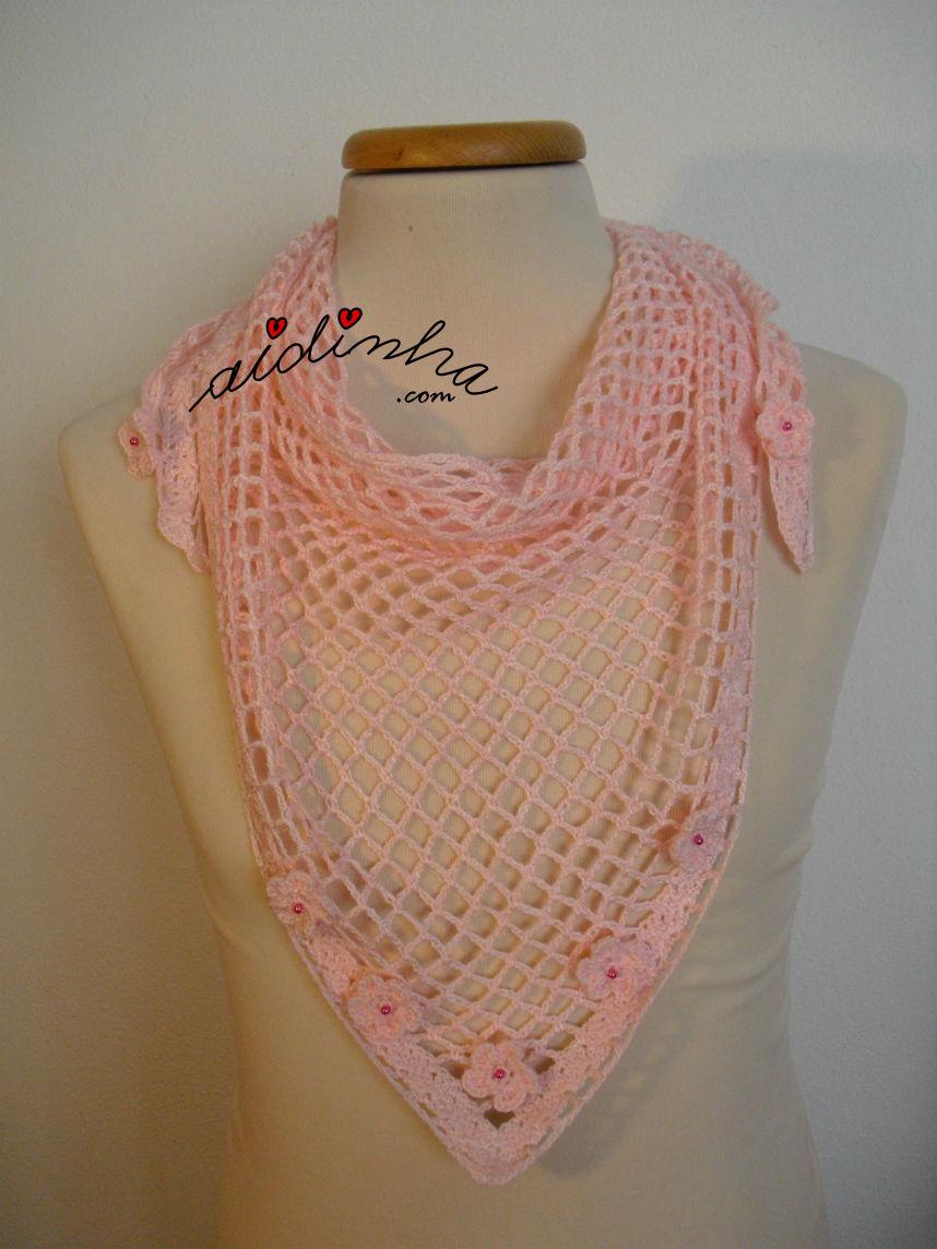 Outra imagem do baktu, em crochet, rosa claro com florinhas