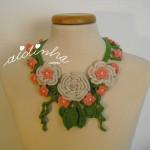 Colar, em crochet, com flores nas cores creme e salmão