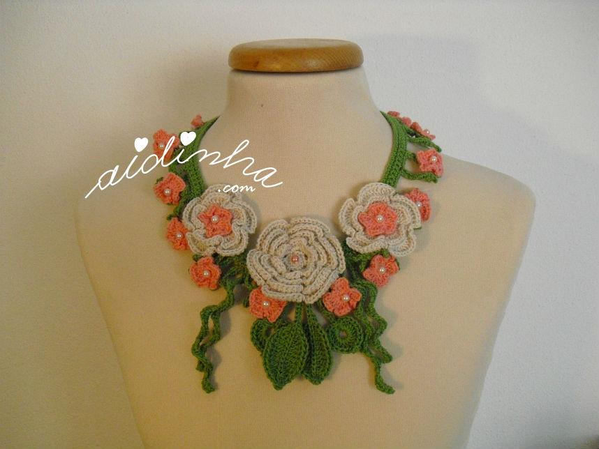 Colar, em crochet, com flores creme e salmão