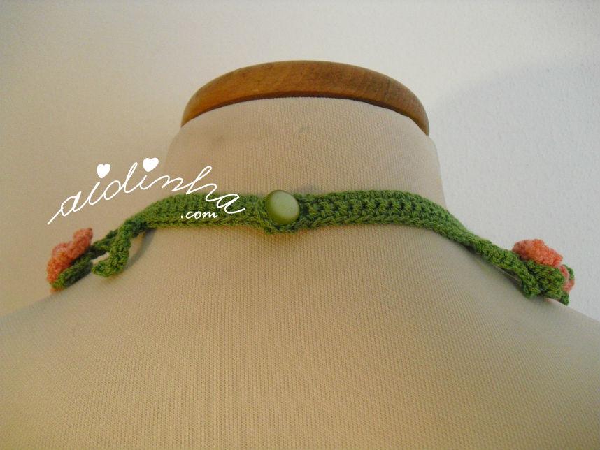 Vista da parte detrás do colar de crochet, com flores creme e salmão