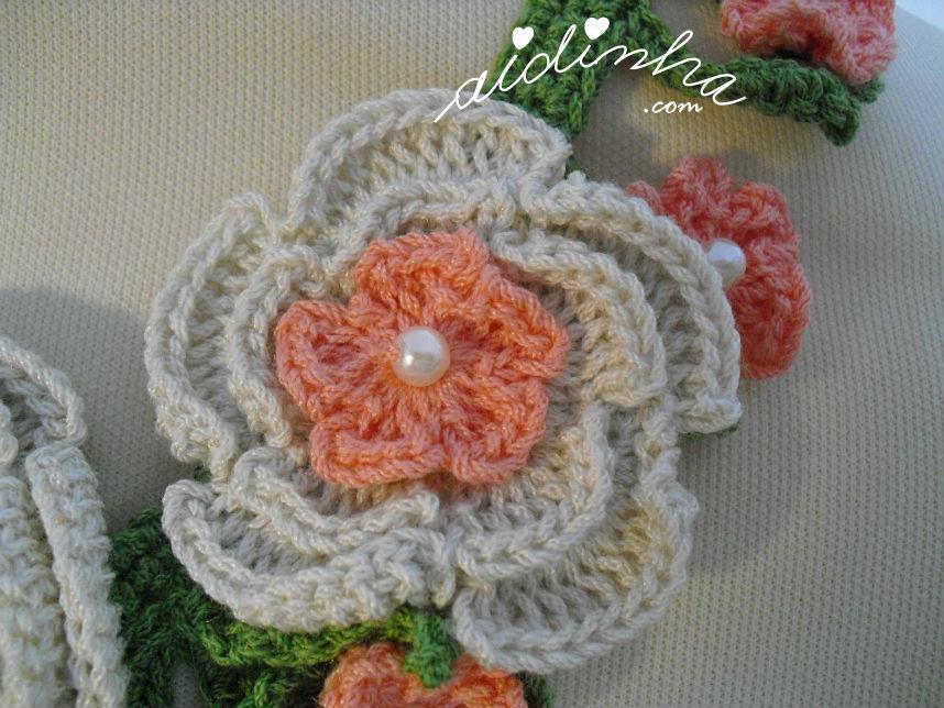 Vista mais aproximada da flor média do colar de crochet